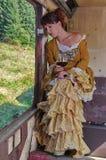 Senhora modelo que senta-se em um trem abandonado Fotos de Stock Royalty Free