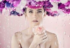 Senhora molhada com um chaplet enorme em sua cabeça fotos de stock