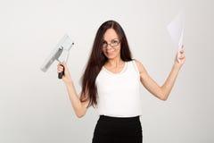 Senhora moreno do negócio com grampeador e papéis grandes Foto de Stock Royalty Free