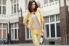 Senhora moreno esperta terno amarelo vestido Fotografia de Stock