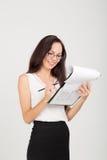 Senhora moreno feliz do negócio com placa de clipe de papel Fotografia de Stock Royalty Free
