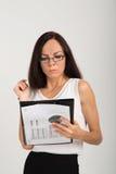 Senhora moreno interessada do negócio com placa de clipe de papel Fotografia de Stock Royalty Free