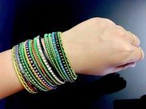 senhora Mostrando sua mão com pulseira bonitas imagem de stock royalty free