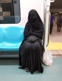 Senhora muçulmana no bonde imagens de stock