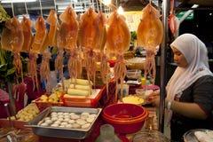 A senhora muçulmana vende tau Foo de Yong fotografia de stock
