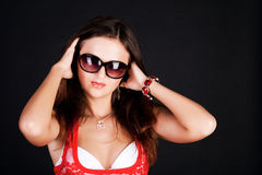 Senhora na blusa e em óculos de sol vermelhos Imagem de Stock Royalty Free