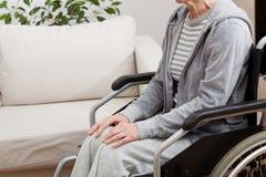 Senhora na cadeira de rodas imagens de stock