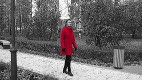 Senhora na caminhada vermelha no parque filme