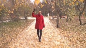 Senhora na caminhada vermelha no parque video estoque
