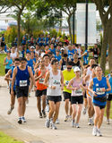 Senhora na cor-de-rosa na maratona 2008 de Singapore fotos de stock royalty free