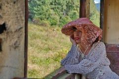 Senhora na janela de um trem velho Foto de Stock