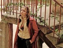Senhora na jarda vermelha Fotografia de Stock Royalty Free