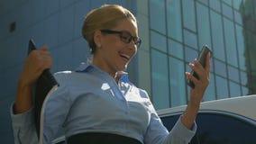 Senhora na mensagem das bom-notícias da leitura do terno na promoção bem sucedida da carreira do smartphone filme