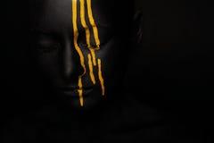 Senhora na pintura preta com borrões amarelos imagens de stock royalty free