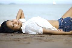Senhora na praia. imagens de stock royalty free