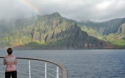 Senhora no arco-íris de observação do balcão do navio de cruzeiros Fotografia de Stock