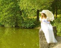 Senhora no branco Fotos de Stock Royalty Free