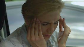 A senhora no carro tem o ataque, a depressão e a ansiedade da enxaqueca entre mulheres de meia idade video estoque