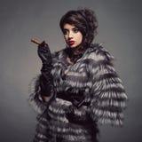 Senhora no casaco de pele luxuoso imagens de stock