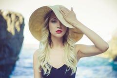 Senhora no chapéu de palha Fotografia de Stock