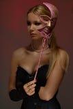 Senhora no disfarce com máscara cor-de-rosa foto de stock