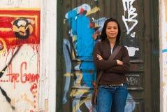 Senhora no fron dos grafittis Imagens de Stock Royalty Free