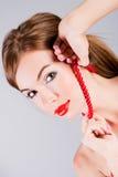 Senhora no grânulos vermelhos Foto de Stock Royalty Free