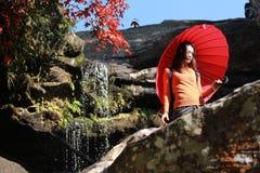 Senhora no parque nacional de Phu Kradueng Fotografia de Stock Royalty Free