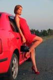 Senhora no vermelho e no carro Imagem de Stock Royalty Free