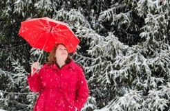 Senhora no vermelho em uma terra branca do inverno Imagens de Stock Royalty Free