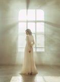 Senhora no vestido branco do vintage fotos de stock royalty free