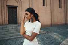 Senhora no vestido contra a construção antiga com olhar pensativo Imagens de Stock