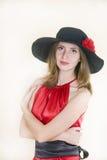A senhora no vestido e no chapéu vermelhos Imagens de Stock Royalty Free