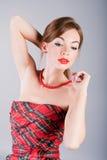 Senhora no vestido e nos grânulos do rad Imagens de Stock