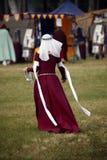 Senhora no vestido vermelho medieval Imagens de Stock Royalty Free