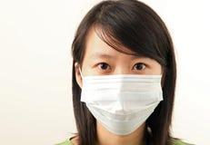 Senhora nova atrativa com uma máscara protectora Foto de Stock Royalty Free