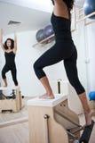 Senhora nova atrativa que faz pilates Fotografia de Stock Royalty Free