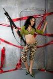 Senhora nova bonita que levanta camuflar Fotografia de Stock