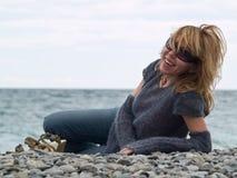 Senhora nova bonita que sorri na praia Foto de Stock