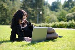 Senhora nova com um caderno em um parque Imagens de Stock