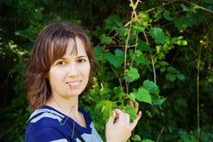 Senhora nova em uma floresta Fotografia de Stock Royalty Free