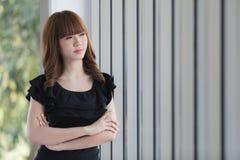 Senhora nova no vestido preto foto de stock royalty free