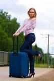 Senhora nova que espera um trem Foto de Stock