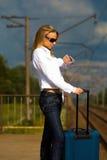 Senhora nova que espera um trem Imagem de Stock Royalty Free