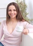 Senhora nova relaxed consideravelmente feliz fotos de stock