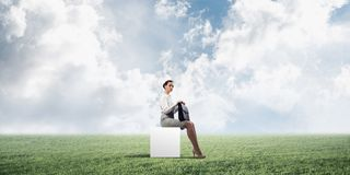 Senhora ou contador atrativo do negócio fora na caixa branca ilustração do vetor