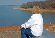 Senhora Overlooking o lago Imagens de Stock Royalty Free