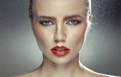 Senhora pálida nova com os bordos grandes naturais Fotos de Stock Royalty Free