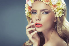 Senhora pálida sensual com a coroa da flor Imagens de Stock Royalty Free