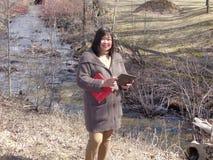 Senhora pela vala de drenagem Fotografia de Stock